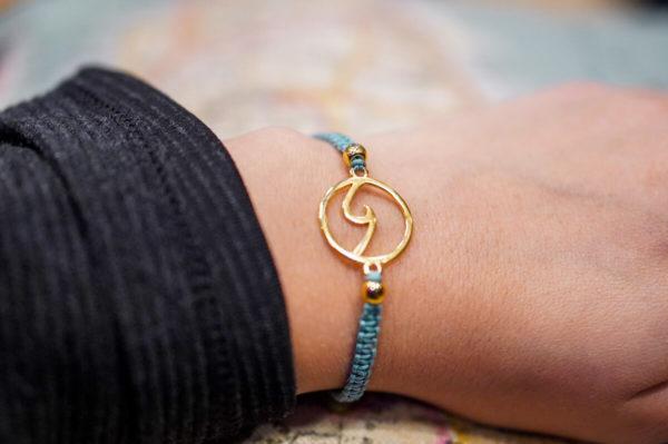 Weltverliebt-Armband-Macrame-Welle-Surfern-Handgelenk
